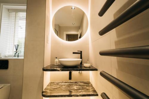 Modern sink round mirror